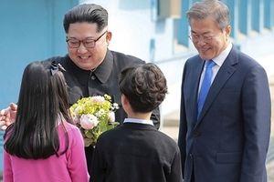 Bé trai và bé gái được chụp ảnh với Chủ tịch Kim Jong-un là ai?