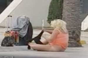 Người phụ nữ thản nhiên lột đồ giữa sân bay