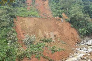 Mưa lớn đe dọa lở đất, nhiều hộ dân phải di dời khẩn cấp