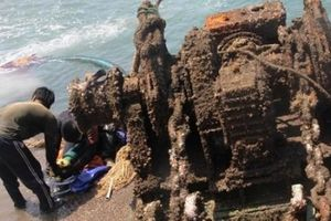 'Giải cứu' xác tàu khủng bị chìm 6 tháng dưới đáy biển