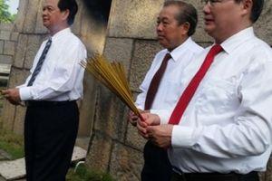 Phó Thủ tướng Trương Hòa Bình và lãnh đạo TP.HCM dâng hương Bác Hồ