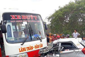 Xe buýt va chạm taxi, tắc đường kéo dài 4km