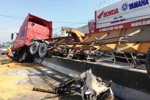 Container mất lái ủi bay hàng chục mét dải phân cách