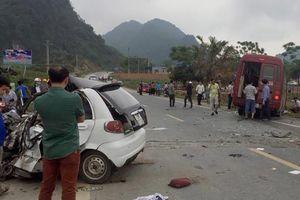 Xe khách đối đầu ô tô 4 chỗ, 1 người chết, 2 người bị thương