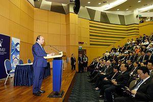 Thủ tướng đối thoại với các tập đoàn lớn, thăm Đại học ở Singapore