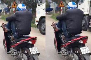 Triệu tập nam thanh niên dùng chân lái xe máy giữa quốc lộ