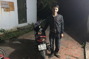 Thanh niên điều khiển xe máy bằng 2 chân trên QL1A bị phạt hơn 7 triệu đồng