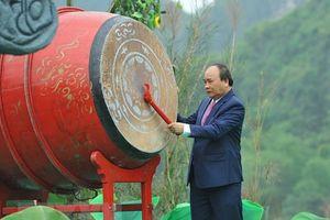 Thủ tướng Nguyễn Xuân Phúc đánh trống khai mạc Lễ hội Tràng An năm 2018