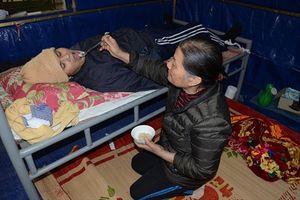 Mẹ già chăm con gái tâm thần, con trai liệt giường