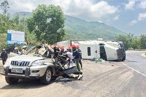 Xe container lật nghiêng đè bẹp ô tô, 2 người thiệt mạng