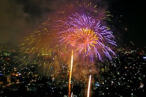 Pháo hoa rực sáng bầu trời TP Hồ Chí Minh mừng 43 năm thống nhất đất nước