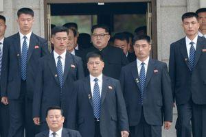 Dàn cận vệ cao lớn hộ tống ông Kim Jong Un