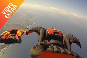 Bay lượn băng qua đỉnh núi cùng bộ môn Wingsuit Fly