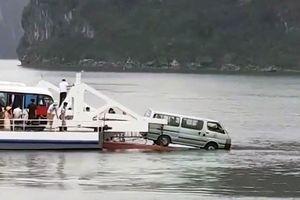 Ô tô suýt rơi xuống biển từ phà Tuần Châu – Cát Bà