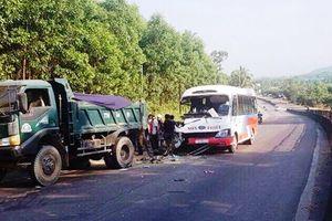 Bình Định: Xe tải đối đầu xe khách, 4 người thương vong