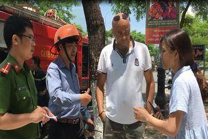 Leo qua sân thượng cứu 2 em nhỏ mắc kẹt trong đám cháy, du khách nước ngoài bất tỉnh