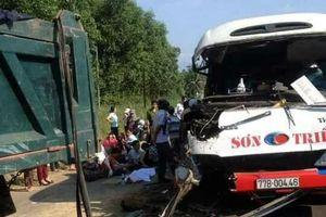 Xe khách va vào đuôi xe tải, 2 em nhỏ tử nạn