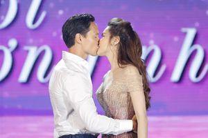 Kim Lý khóa môi ngọt ngào Hồ Ngọc Hà trước hơn 1000 khán giả