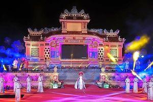 Hoa hậu Đỗ Mỹ Linh thướt tha trong tà áo dài Việt Nam