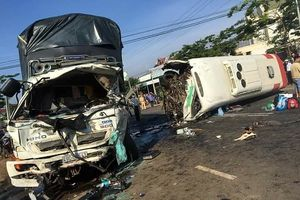 Lâm Đồng: Xe khách chạy lấn làn ngược chiều gây tai nạn khiến 10 người thương vong
