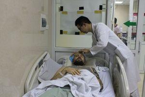 Thầy giáo nước ngoài nằm bất tỉnh bên đường được cứu kịp thời