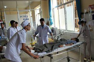 Vụ xe khách đấu đầu xe tải khiến 15 người thương vong: 'Sau tiếng rầm lớn tôi ngất lịm đi, tỉnh dậy thấy mình đang ở viện'