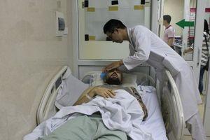 Người nước ngoài tai nạn nguy kịch, hôn mê nằm lề đường được cấp cứu thành công