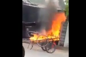 Đậu xe trước nhà, bị chủ nhà ra... đốt xe