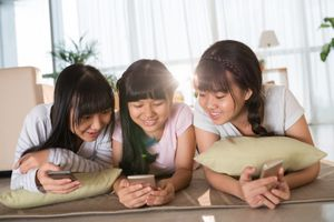 Tuổi thơ của thế hệ 9X và 10X khác nhau thế nào?