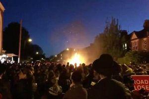 Video vụ nổ tại lễ hội Do Thái tại London nghi do có người ném iPhone vào lửa