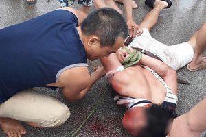 Xông vào nhà bế bé gái ra ô tô, người đàn ông lạ mặt bị đánh trọng thương