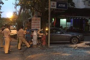 BMW tông nát trụ ATM trong đêm