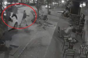 Điều tra vụ kẻ xấu dùng gạch, đá ném vỡ kính quán cà phê ở Hà Nội