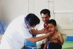 Dùng Corticoid trị ho tùy tiện, bé 5 tuổi bị suy thượng thận