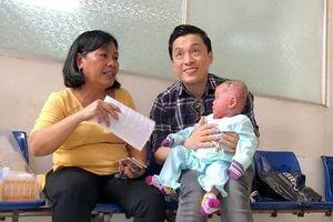 Lam Trường đến thăm em bé bị bệnh hiếm gặp, da bong tróc như da trăn