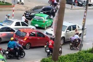 Tài xế lùi ô tô tông chết người sau khi chặn xe vợ, cự cãi