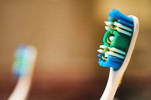 Nói chuyện trong lớp, học sinh Mỹ phải cọ sàn bằng bàn chải đánh răng