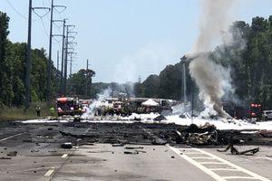 Khoảnh khắc máy bay quân sự Mỹ rơi, 9 người chết