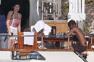 Kylie Jenner khoe thân hình đẫy đà với bikini, sánh bước bên bạn trai