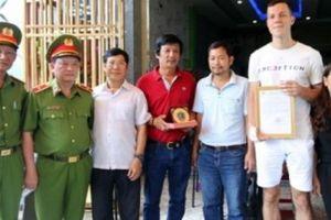 Cục Cảnh sát PCCC khen thưởng du khách cứu 2 em nhỏ khỏi đám cháy