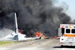 Máy bay quân sự Mỹ lao đầu xuống đường cao tốc
