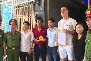 Khen thưởng 2 người nước ngoài dũng cảm cứu người trong đám cháy