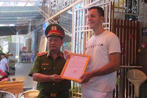 Cục CS PCCC khen thưởng 2 người nước ngoài lao vào lửa cứu người