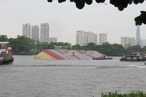Phát hiện sà lan lật trên sông Sài gòn