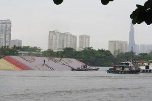 Sà lan 1.200 tấn lật úp trên sông Sài Gòn