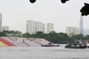 Xà lan hơn 1.500 tấn lật trên sông Sài Gòn