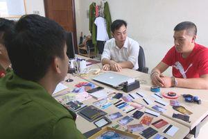 Một người Trung Quốc dùng 50 thẻ ATM giả để chiếm đoạt tiền