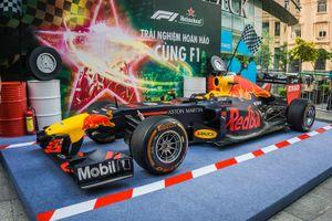 Cận cảnh xe đua Công thức 1 xuất hiện tại TP HCM cùng David Coulthard