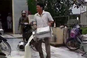 Nghệ An: Đổ sữa tươi trắng sân vì bức xúc với giá nhập thấp