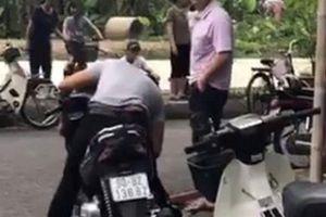 Giật mình phát hiện nam thanh niên chết gục trên xe máy ven đường